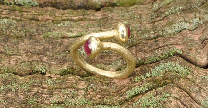 Serpente a due rubini | Anelli in oro con pietre
