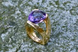 Triangolo con ametista | Anelli in oro con pietre